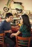 Pares asiáticos jovenes que tienen bebidas Imagen de archivo