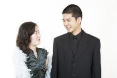 Pares asiáticos jovenes vestidos para arriba Fotos de archivo libres de regalías