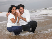 Pares asiáticos na praia Imagens de Stock Royalty Free