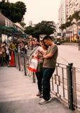 Pares asiáticos novos com telefone celular Foto de Stock