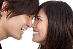 Pares asiáticos novos frente a frente Imagem de Stock Royalty Free