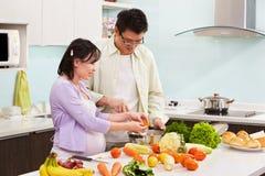Pares asiáticos ocupados en cocina Fotos de archivo libres de regalías