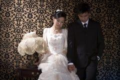 Pares asiáticos olhando de sobrancelhas franzidas imagens de stock royalty free