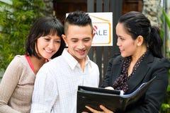 Pares asiáticos que buscan las propiedades inmobiliarias Imagen de archivo