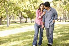 Pares asiáticos que caminan de común acuerdo en parque Imagen de archivo