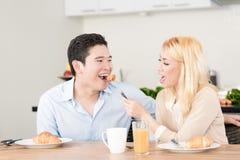 Pares asiáticos que comem o café da manhã junto Imagens de Stock