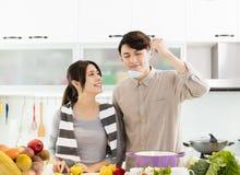 Pares asiáticos que cozinham na cozinha Fotos de Stock