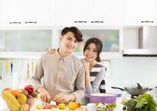 Pares asiáticos que cozinham na cozinha Foto de Stock Royalty Free