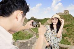 Pares asiáticos que presentan en la Gran Muralla China Imagen de archivo libre de regalías