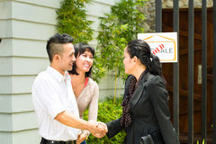 Pares asiáticos que procuram bens imobiliários Imagens de Stock Royalty Free