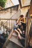 Pares asiáticos que se divierten al aire libre Fotos de archivo