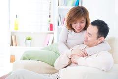 Pares asiáticos que têm a conversa doce Fotografia de Stock Royalty Free