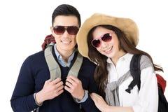 Pares asiáticos que viajan felices Fotos de archivo
