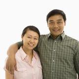 Pares asiáticos sonrientes. imagenes de archivo