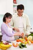 Pares asiáticos ocupados en cocina Foto de archivo libre de regalías