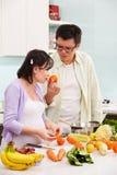 Pares asiáticos ocupados en cocina Fotos de archivo