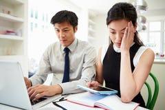 Pares asiáticos preocupados que olham finanças pessoais Foto de Stock Royalty Free