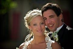 Pares asoleados de la boda fotografía de archivo libre de regalías