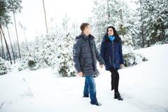 Pares ativos em uma floresta do inverno Fotos de Stock