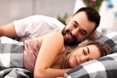 Pares atractivos adultos en cama Foto de archivo libre de regalías
