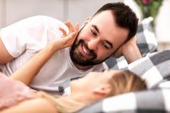 Pares atractivos adultos en cama Imagen de archivo