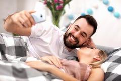 Pares atractivos adultos en cama Fotografía de archivo libre de regalías