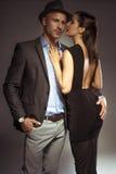 Pares atractivos atractivos en una noche romántica hacia fuera imagen de archivo libre de regalías