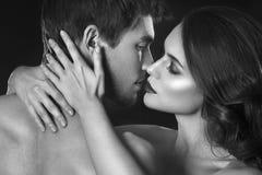 Pares atractivos de la belleza Besar el retrato de los pares Mujer morena sensual en ropa interior con el amante joven, par apasi fotos de archivo