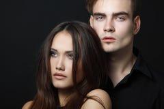 Pares atractivos de la pasión, hombre joven hermoso y primer de la mujer, encima fotografía de archivo libre de regalías