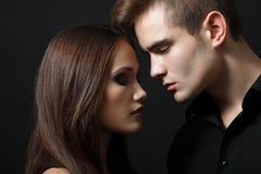 Pares atractivos de la pasión, hombre joven hermoso y primer de la mujer, encima fotos de archivo libres de regalías