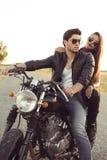 Pares atractivos de motoristas en la motocicleta de la aduana del vintage Fotografía de archivo libre de regalías