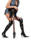 Pares atractivos de piernas en cargadores del programa inicial con la guitarra eléctrica Imagen de archivo