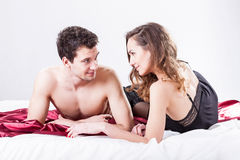 Pares atractivos en cama Foto de archivo