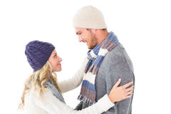 Pares atractivos en el abrazo de la moda del invierno Fotos de archivo libres de regalías