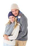 Pares atractivos en el abrazo de la moda del invierno Foto de archivo