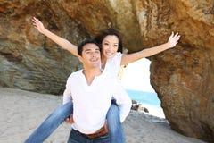 Pares atractivos en la playa Fotos de archivo libres de regalías