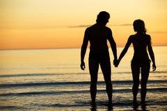 Pares atractivos en la playa foto de archivo libre de regalías