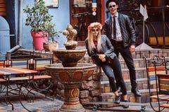 Pares atractivos jovenes con los undead que presentan cerca de restaurante mexicano al aire libre fotos de archivo