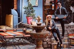 Pares atractivos jovenes con los undead que presentan cerca de restaurante mexicano al aire libre imagenes de archivo
