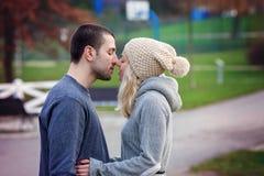 Pares atractivos jovenes en amor, adolescentes que se divierten al aire libre, Fotos de archivo