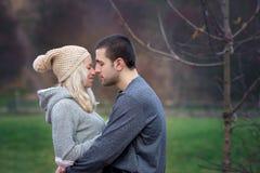 Pares atractivos jovenes en amor, adolescentes que se divierten al aire libre, Fotografía de archivo