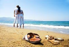 Pares atractivos jovenes en la playa Foto de archivo libre de regalías