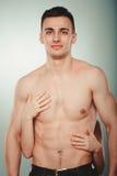 Pares atractivos Manos de la mujer que abrazan al medio hombre desnudo Fotos de archivo libres de regalías