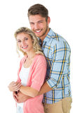 Pares atractivos que abrazan y que sonríen en la cámara Imágenes de archivo libres de regalías