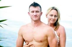 Pares atractivos que gozan de la playa Imagen de archivo libre de regalías