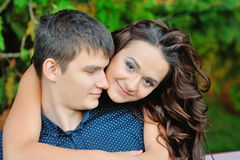 Pares atractivos sonrientes felices jovenes junto al aire libre Fotografía de archivo libre de regalías