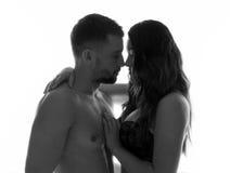 Pares atractivos y románticos alrededor a besarse Foto de archivo