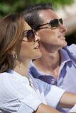 Pares atrativos em óculos de sol desgastando da luz do sol Imagem de Stock Royalty Free