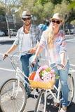 Pares atrativos em um passeio da bicicleta Fotos de Stock