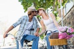 Pares atrativos em um passeio da bicicleta Fotografia de Stock